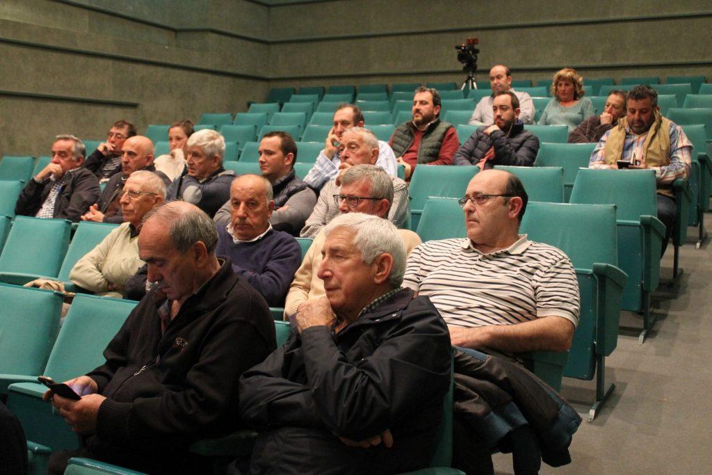 Ayuntamiento, agricultores y ganaderos en reunión proyecto piloto adaptación explotaciones