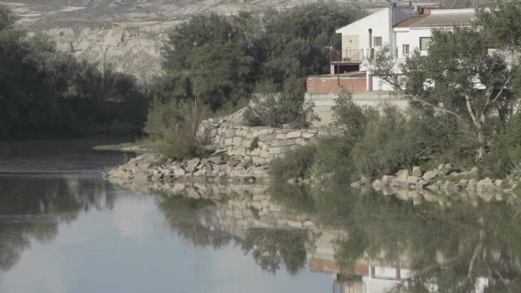 Figura 3. Refuerzo del muro de protección de la zona urbana con piedra (Eduardo Berian Luna).