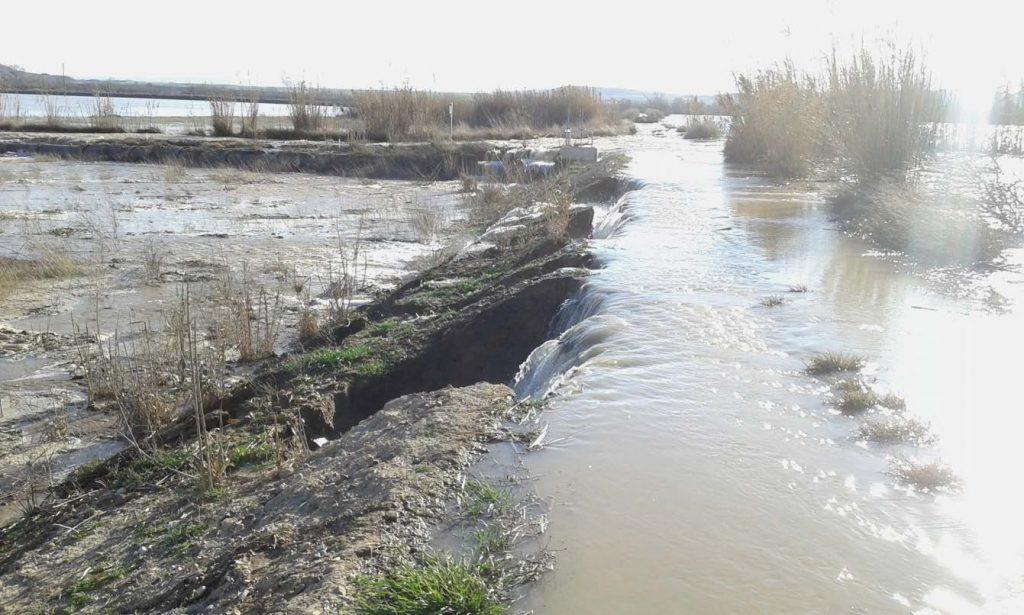 Figura 11. Dique de defensa siendo desbordado y erosionado en su trasdós (Confederación Hidrográfica del Ebro).