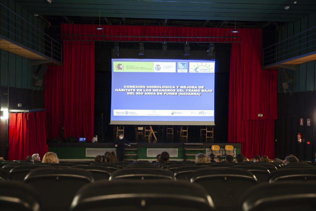 Presentación durante visita estudiantes obras Funes